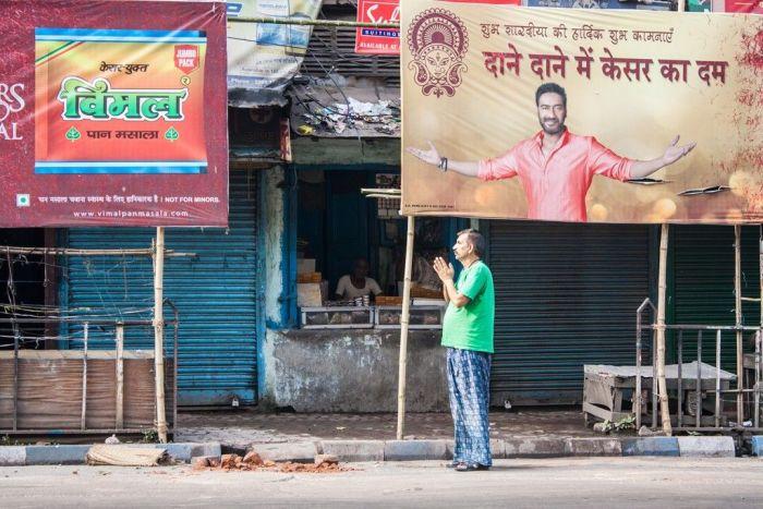 Hombre rezando en medio de la calle - Calcuta