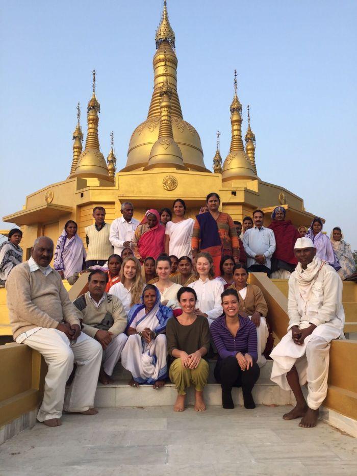 Foto grupal en la pagoda del centro de vipassana*
