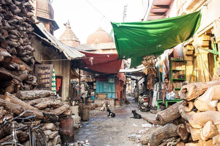Cremaciones en Varanasi Toneladas de madera en la parte trasera del ghat