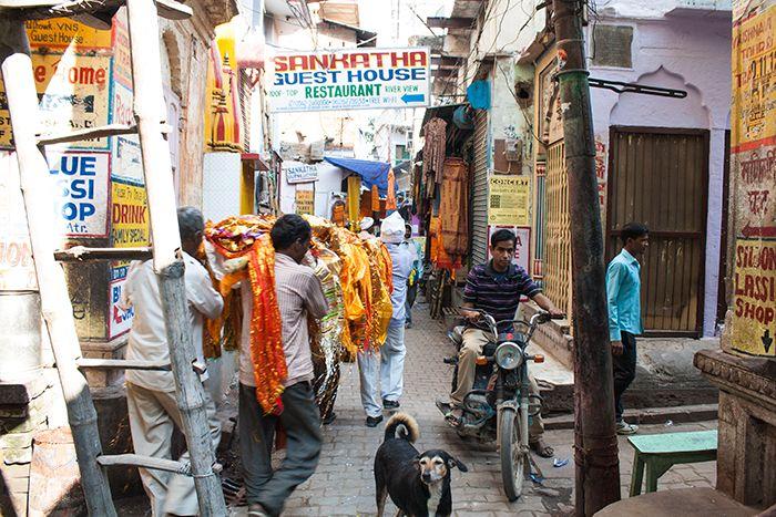 Cremaciones en Varanasi Llevando un cuerpo al crematorio