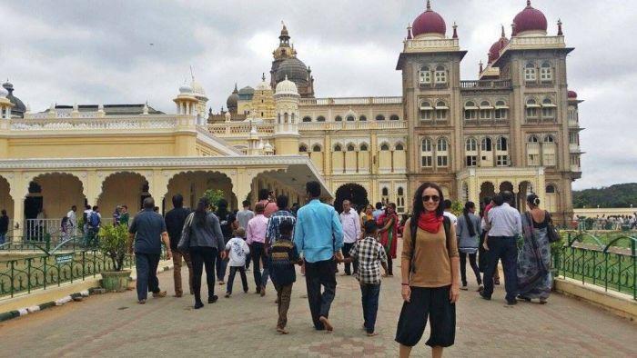 Mysore: pantalones 3/4, camiseta de mangas 3/4 y pashmina para cubrir el cuello y en los pies unas sandalias