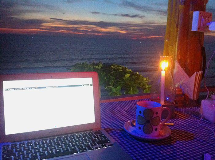 Los restaurantes de Varkala también se convirtieron en mi oficina... de día y de noche!