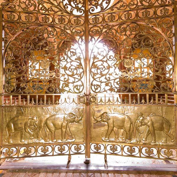 Orientada hacia el este, la puerta del elefante era por la que el Maharajá entraba o salía durante las ceremonias - Foto: Official Website of Mysore Palace