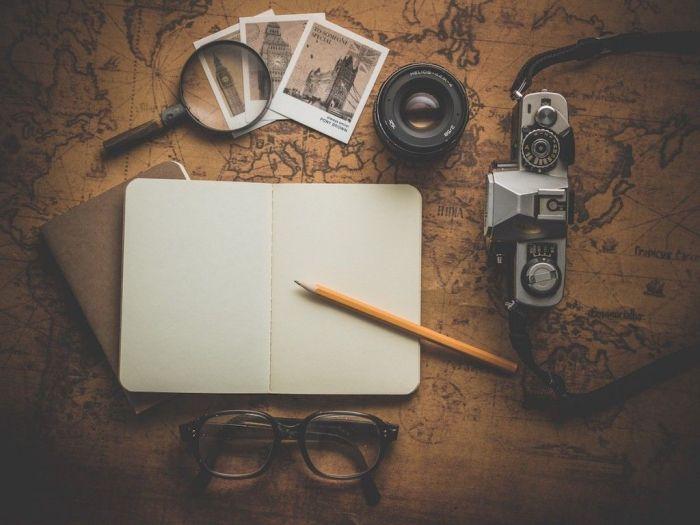 mapa-cuaderno-camara-viajes-mujer