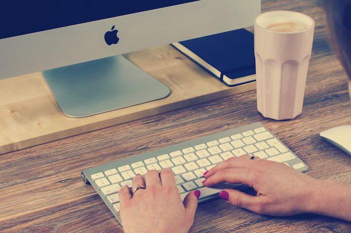 trabajo-work-ordenador-manos-viajas