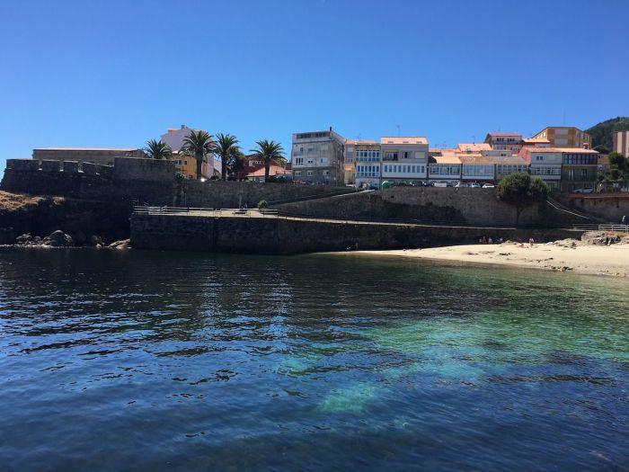 Playa de la Ribiera y Castillo de San Carlos en Finisterre, Galicia