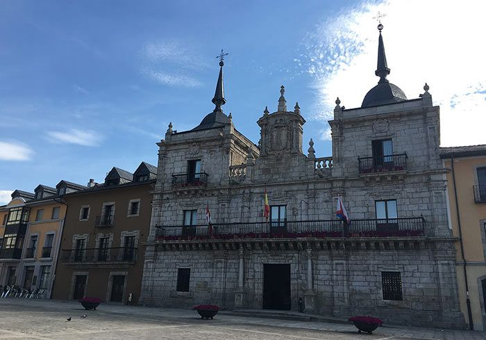 Ayuntamiento - Qué ver en Ponferrada: un día en la ciudad templaria
