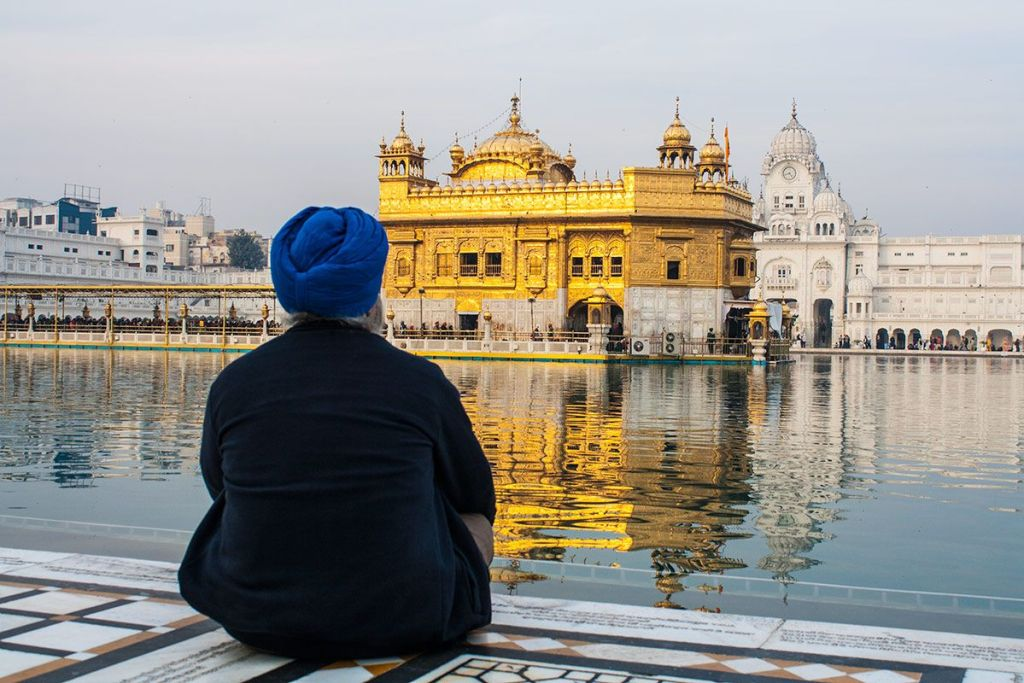 Hombre admirando el Templo Dorado