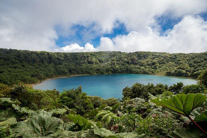 Cráter del volcán Poas en Costa Rica vía Shutterstock