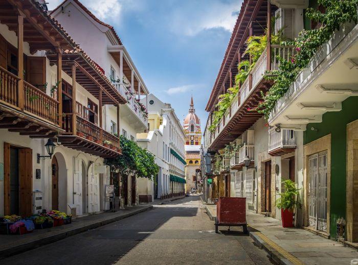 Pintoresca calle en Cartagena de Indias, Colombia vía Shutterstock