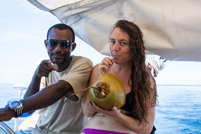 Comiendo en el velero con la tripulación