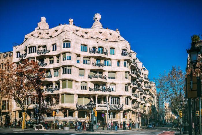 Edificio de La Pedrera es un imprescindible que ver en Barcelona