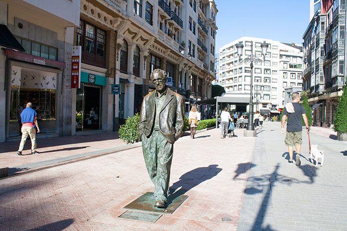 Escultura de Woody Allen en las calles de Oviedo
