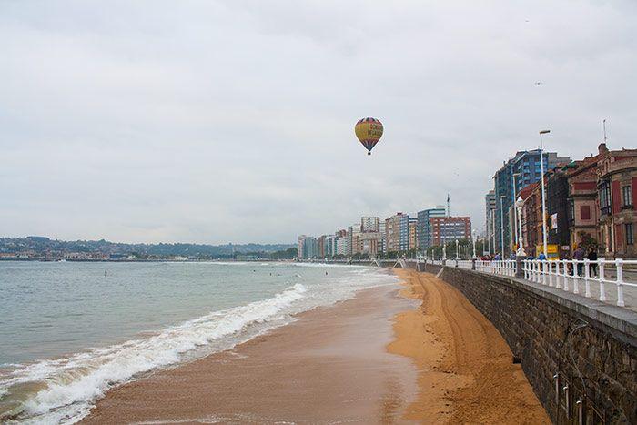 Playa de San Lorenzo y globo aerostático
