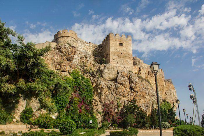 Castillo visto desde el Paseo de las Flores - Qué ver en Salobreña, Costa Tropical de Granada, Andalucía, España