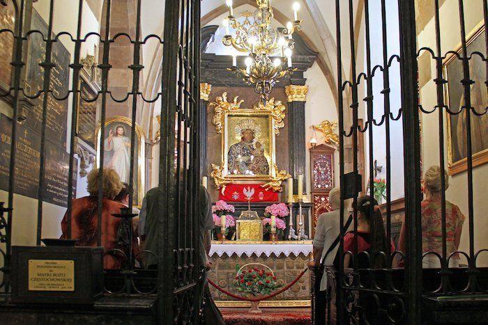 Interior del monasterio, la capilla con la imagen de la virgen