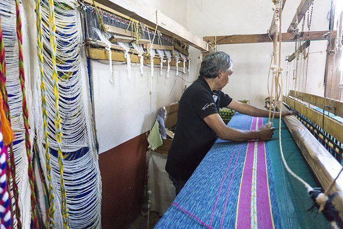 Artesano purépecha trabajando los tejidos según tradiciones ancestrales en Pátzcuaro