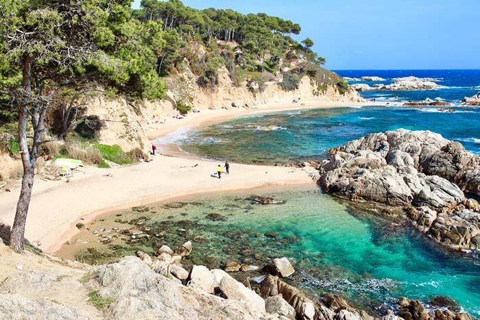 Cala Estreta en Cataluña, España - vacaciones en verano coronavirus