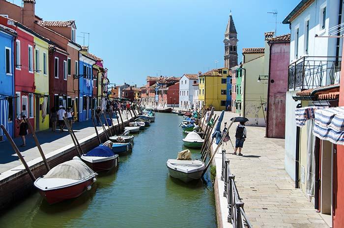 Calles y canales de Burano, Venecia, Italia