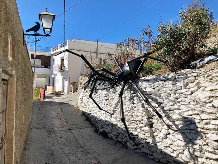 Figura de araña gigante en Soportújar