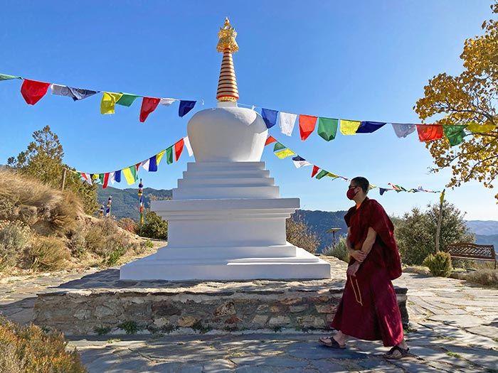 Estupa y monje en el centro budista de O Sel Ling.