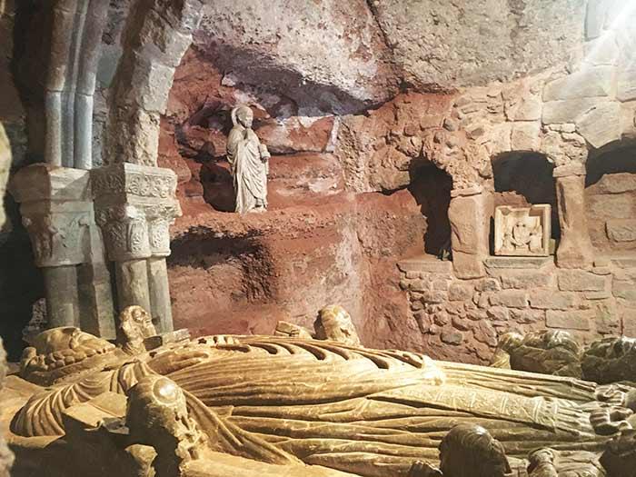 Interior del Monasterio de Suso, donde se ve la cueva donde vivía San Millán