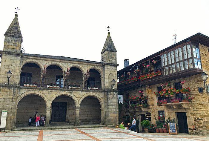 Plaza con el edificio del Ayuntamiento en Puebla de Sanabria