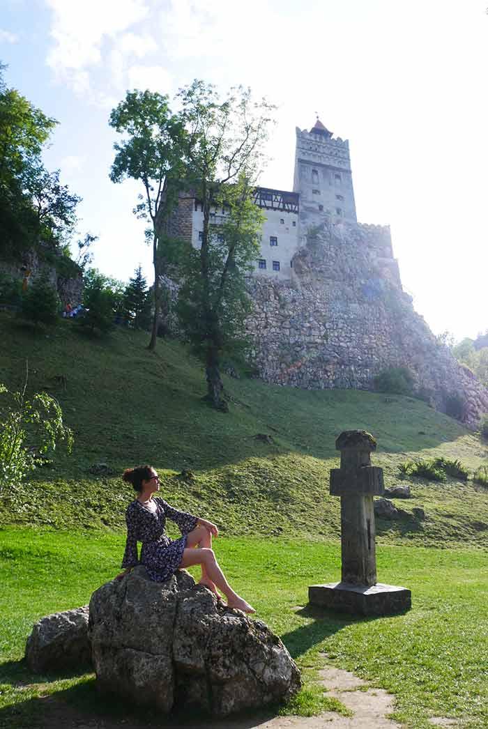 Posando con el castillo de Drácula, Transilvania, Rumania