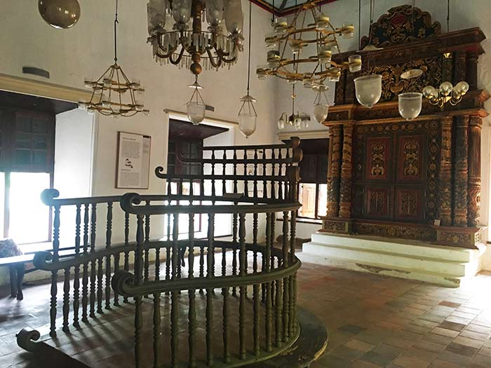 Interior de la Sinagoga de Fort Kochi, Cochín, Kerala