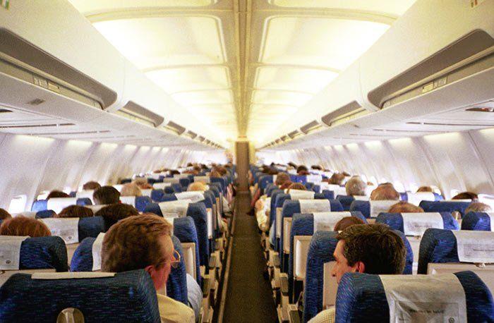 Viajar en avión, interior de un vuelo