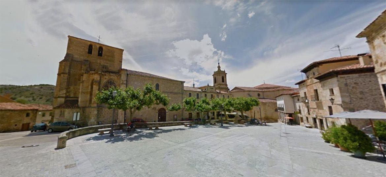 Plaza Mayor de Silos, con la iglesia de San Pedro y el campanario del monasterio