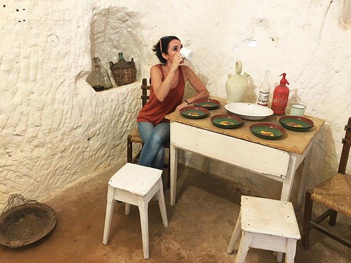 Catando un té en el salón de una casa cueva en la Cueva de los Cien Pilares, Arnedo, La Rioja