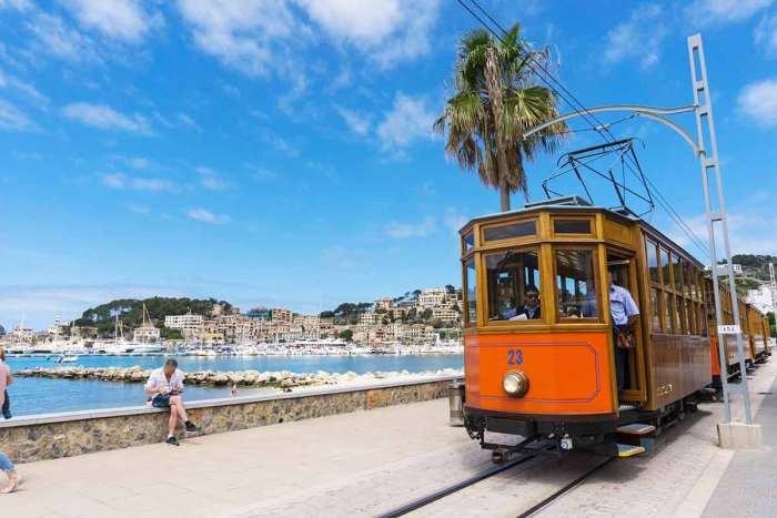 Tranvía llegando al Puerto de Sóller, Mallorca