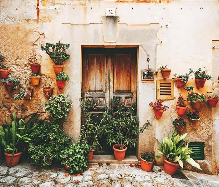 Fachadas floridas en Valldemossa, Mallorca