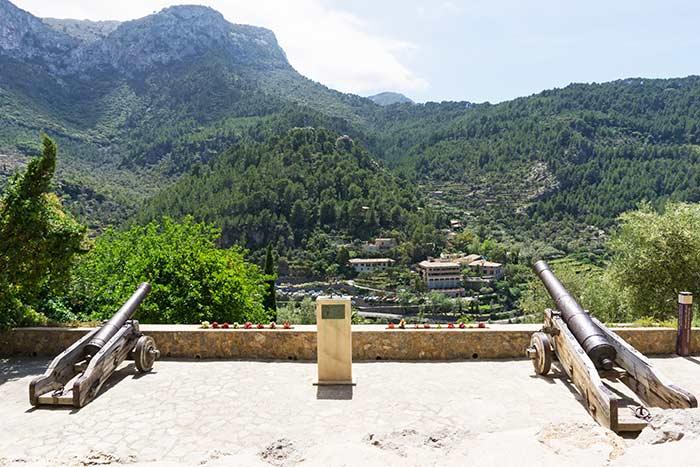 Los cañones con vistas a la sierra de Tramontana