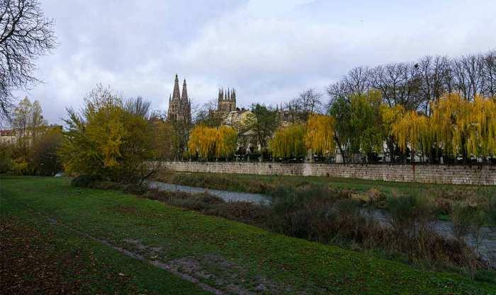 Espolón y Catedral de Burgos de fondo