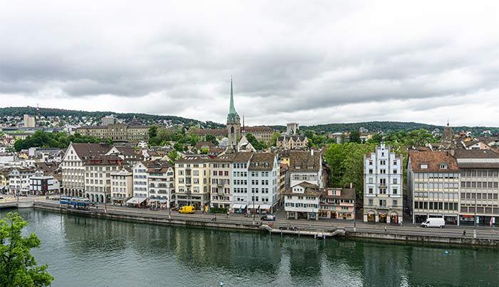 Vistas del centro histórico de Zúrich desde la colina de Lindenhof