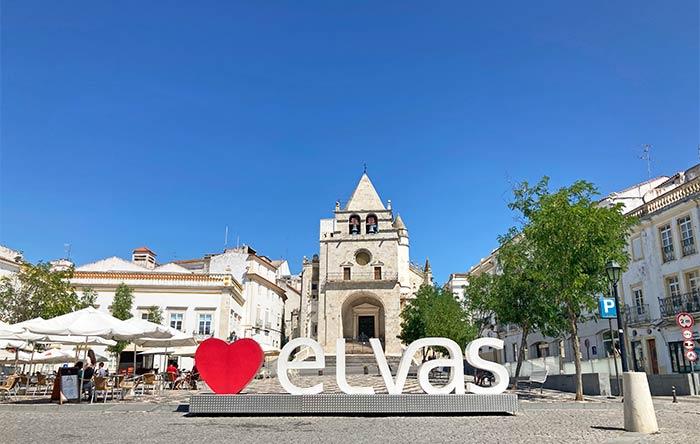 Letronas de Elvas frente a la antigua catedral