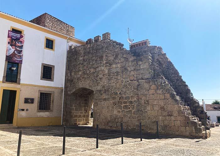 Muralla, puerta y museo en Nisa, Portalegre
