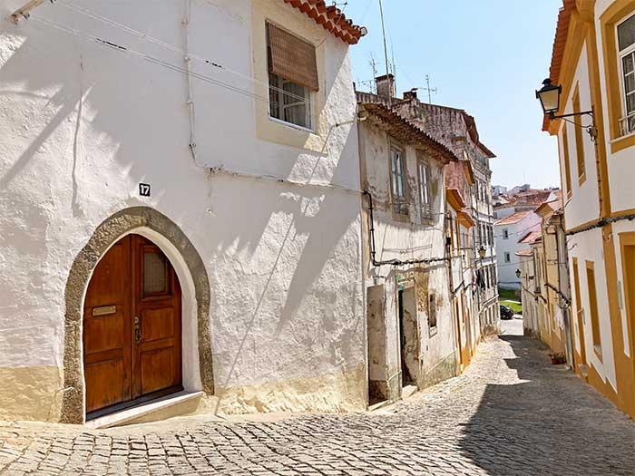 Calles de Portalegre con la entrada gótica
