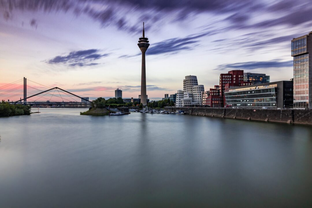 Medienhafen Düsseldorf | Stadtralley Outdoor Schnitzeljagt Rätseltour | Sir Peter Morgan