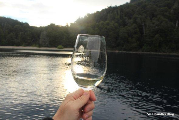 Navegando por el Nahuel Huapi catando vinos (si, tal cual como suena)