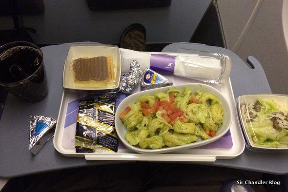Comparativo de almuerzos y cenas de avión en distintas aerolíneas