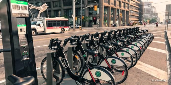 Usando en Toronto las bicicletas de alquiler