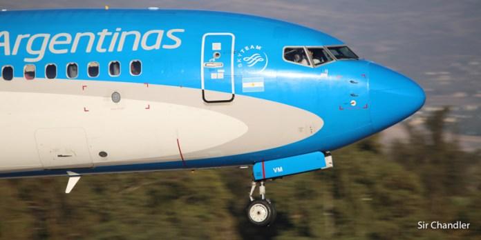 Aerolíneas Argentinas permite a las agencias de viaje emitir en USD para evitar el 30%