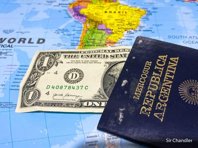 Comprar con tarjetas en el exterior quita disponibilidad de adquirir dólar ahorro