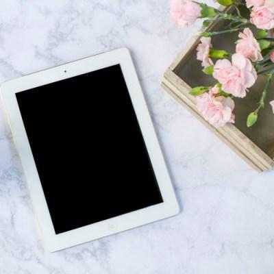 Ordina il libro: un tablet su una scrivania