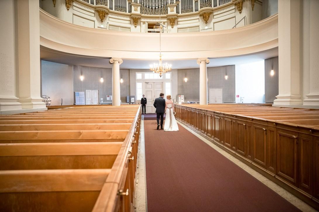 Hääkuvaus kirkosta postuminen