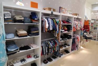 Comprar em brechós pode ser uma boa alternativa para roupas infantis.