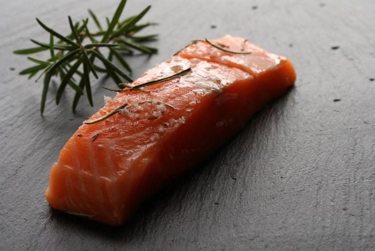 receita de salmão ao forno com alecrim e limão